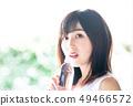 물을 마시는 여성 49466572
