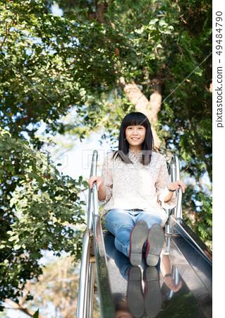 한 개 주한 공원 玩溜 滑梯으로 일본 여자 孩. 49484790