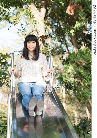 한 개 주한 공원 玩溜 滑梯으로 일본 여자 孩. 49484792