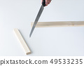 흰색 배경에 나무를 톱으로 자르는 모습 DIY 여성도 쉽게 49533235