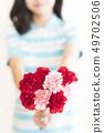 꽃다발을 건네 어린이 (카네이션 어버이 날 이미지) 49702506