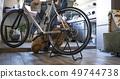 거실에서 자전거 정비를하는 남성 49744738