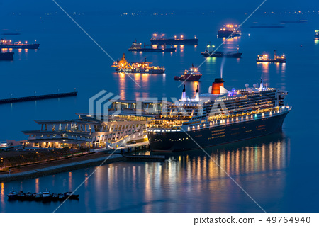 豪華班輪停泊在新加坡港口瑪麗皇后2夜景 49764940