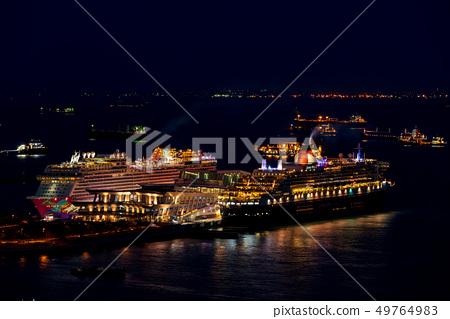 豪華班輪停泊在新加坡港口瑪麗皇后2夜景 49764983