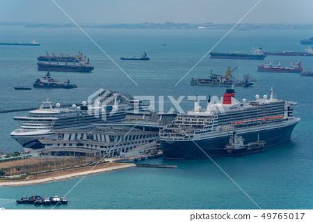 在港口的一艘豪華客船在新加坡女王瑪麗2 49765017