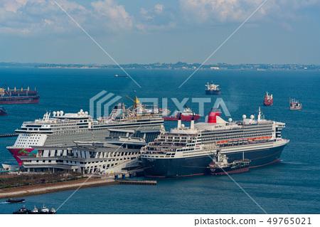 在港口的一艘豪華客船在新加坡女王瑪麗2 49765021
