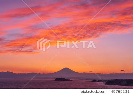 富士山與江之島(湘南大崎公園)之間的日落合作 49769131