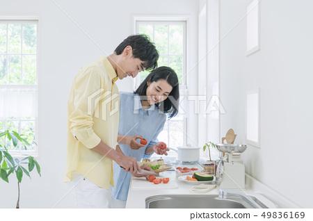 부엌에서 요리하는 커플 49836169