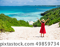 바다로 이어지는 길을 걷는 여성 49859734