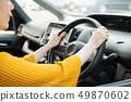 자동차의 핸들을 잡는 손 운전하는 일본인 여성 드라이브 49870602