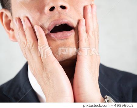 수염 제모를하고 후회하는 남자 사업가 49896015