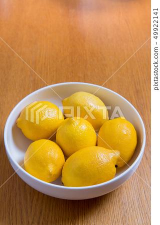 新鮮的黃色檸檬,維生素C,有營養的檸檬,木製的背景上 49922141