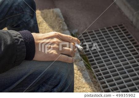 담배를 피우는 남성의 손 49935902