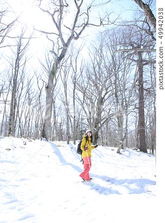 享受冬季休閒的女人 49942038