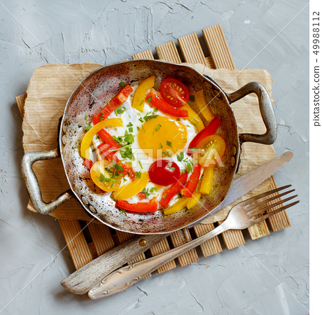 Fried egg with a bell pepper and tomatoes 49988112