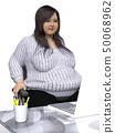 一個適合坐在椅子上的胖女人 50068962