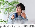 아침 식사 장면 스마트 폰을 보는 남자 50093496