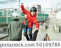 เด็กเล่นสเก็ตที่จอด 50169786