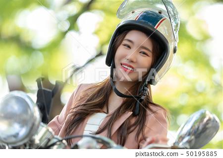 오토바이 타고 있는 여자 비즈니스   50195885