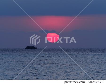 部分日食從海上升起/部分日食在海上 50247570
