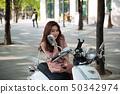 少妇坐摩托车和构成 50342974