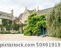 덩굴이 우거진 돌 역사적인 건물 영국 교외에서 50461919