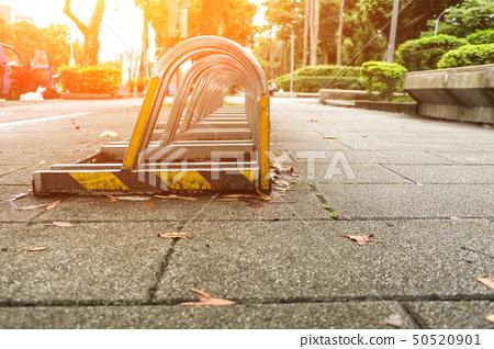 公園式自行車固定架。金藤車架。陽光明媚的晴天。 50520901