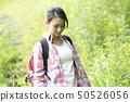 산을 걷는 여성 50526056