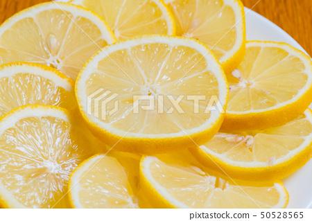 木の背景に新鮮な黄色いレモンスライス、 ビタミンC、栄養価の高いレモン  50528565