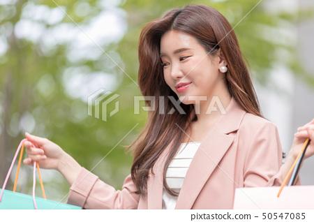 一個韓國女人購物 50547085