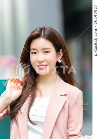 一個韓國女人購物 50547087