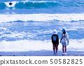 바다를 바라 보는 남매 50582825