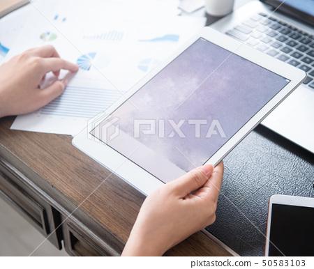 婦女的公共辦公室商業平板電動木匠使用平板電腦辦公室背光 50583103