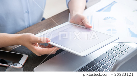婦女的公共辦公室商業平板電動木匠使用平板電腦辦公室背光 50583121