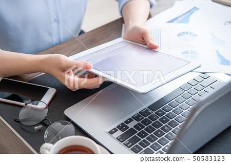 婦女的公共辦公室商業平板電動木匠使用平板電腦辦公室背光 50583123