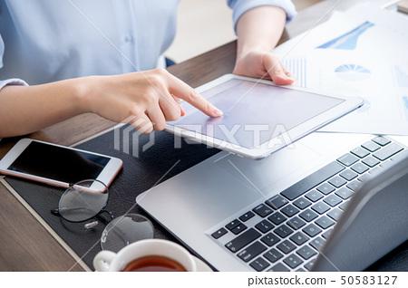 婦女的公共辦公室商業平板電動木匠使用平板電腦辦公室背光 50583127