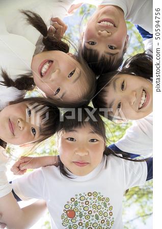 調查一個圈子的孩子在公園 50594756