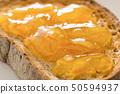 노릇 노릇 구운 호밀 빵과 마멀레이드 토스트 50594937