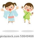孩子2個男孩和女孩穿著浴衣和金培跳1 50649466