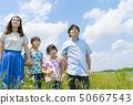 四口之家藍天和綠色 50667543
