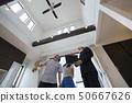 住房商人和夫婦私人諮詢商務談話樣板房定制住房解釋眉頂 50667626