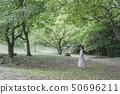 一个女人在公园里 50696211