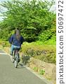 骑自行车的女性大学生 50697472
