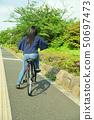 骑自行车的女性大学生 50697473