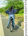 骑自行车的女性大学生 50697474