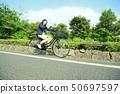 骑自行车的女性大学生 50697597