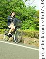 骑自行车的女性大学生 50697598