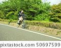 骑自行车的女性大学生 50697599
