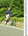 骑自行车的女性大学生 50697601