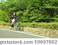 骑自行车的女性大学生 50697602